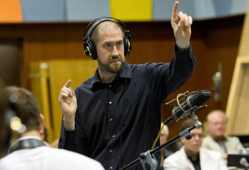 Ed Partyka diriguje Concept Art Orchestra při natáčení projektu Bigbandtronics – Prague Edition