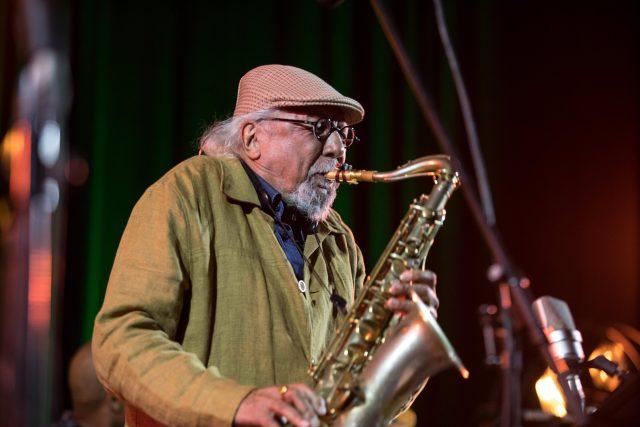 Americký tenorsaxofonista, flétnista a skladatel Charles Lloyd